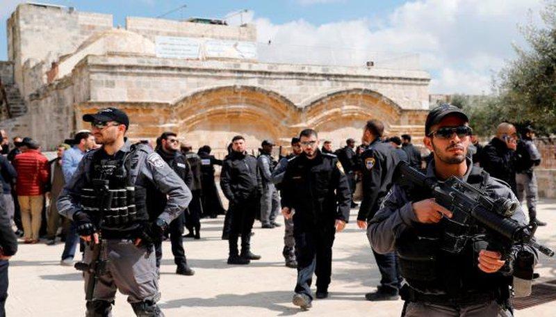 الاحتلال يغلق أبواب الأقصى ويعتقل 9مواطنين بينهم سيدتان