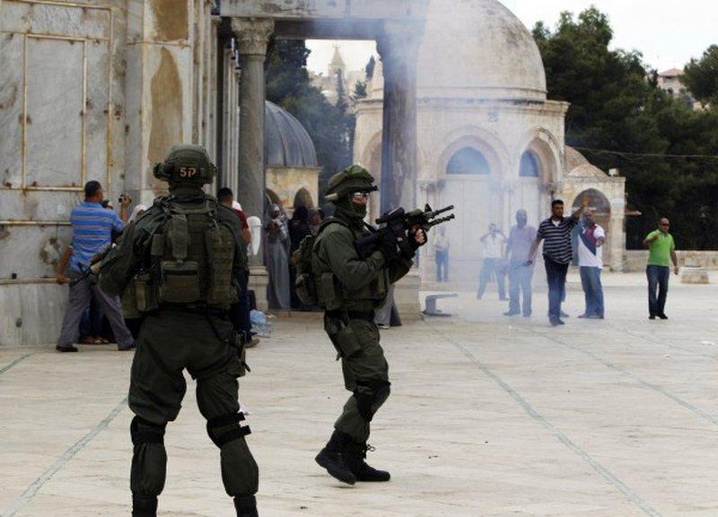 اصابة واعتقال 7 مواطنين إثر قمع الاحتلال وقفة ضد إغلاق الأقصى