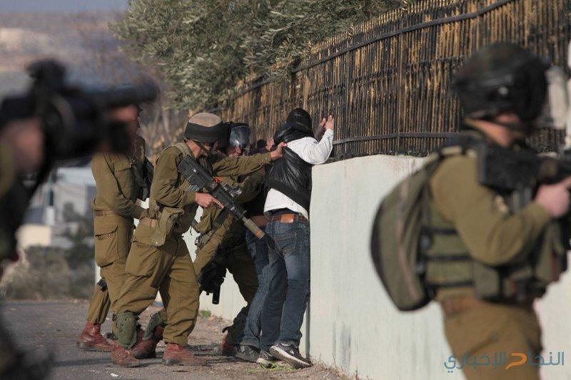 الاحتلال يعتقل مواطنين ويعتدي بالضرب على اخرين