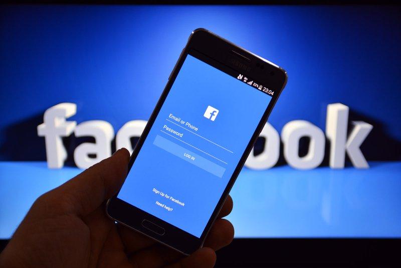 """""""رسالة وهمية"""" تثير مستخدمي فيس بوك عقب الخلل"""