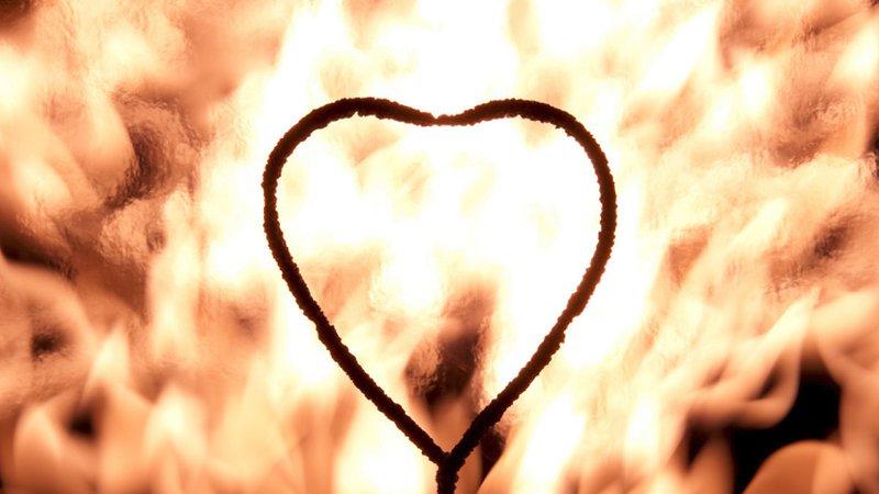 رجل يضرم النار في بناء سكني لهدف رومانسي!