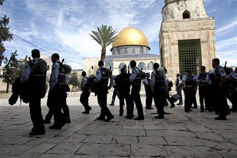 حراس الأقصى يمنعون شرطة الاحتلال من اقتحام مصلى الرحمة بالأحذية