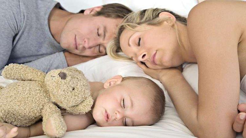 النوم مع طفلك على الأريكة قد يقتله!