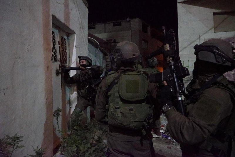 الاحتلال يعتقل 3 مواطنين من جبل المكبّر