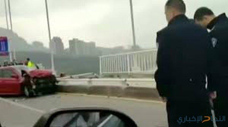فيديو لحظة سقوط حافلة من على جسر في الصين