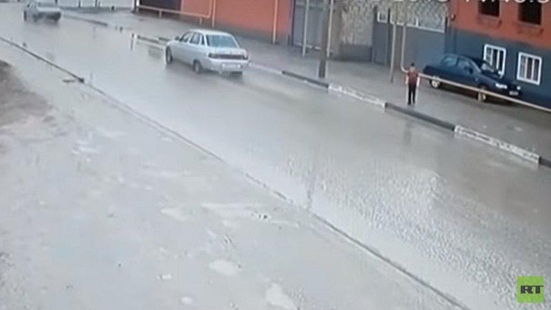 """""""معجزة"""" تنقذ طفلا من الموت دهسا! (فيديو)"""