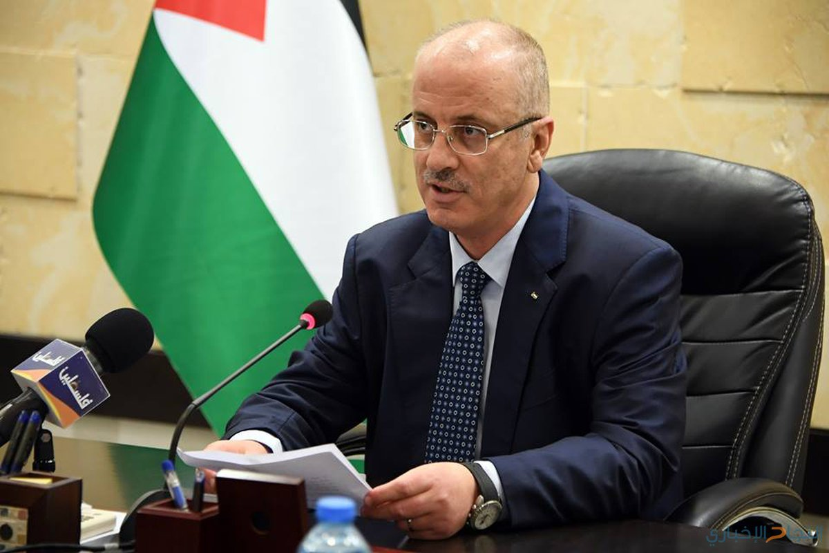 رئيس الوزراء الفلسطيني رامي حمدالله يرأس اجتماعاً مع مجلس الوزراء في مدينة رام الله بالضفة الغربية