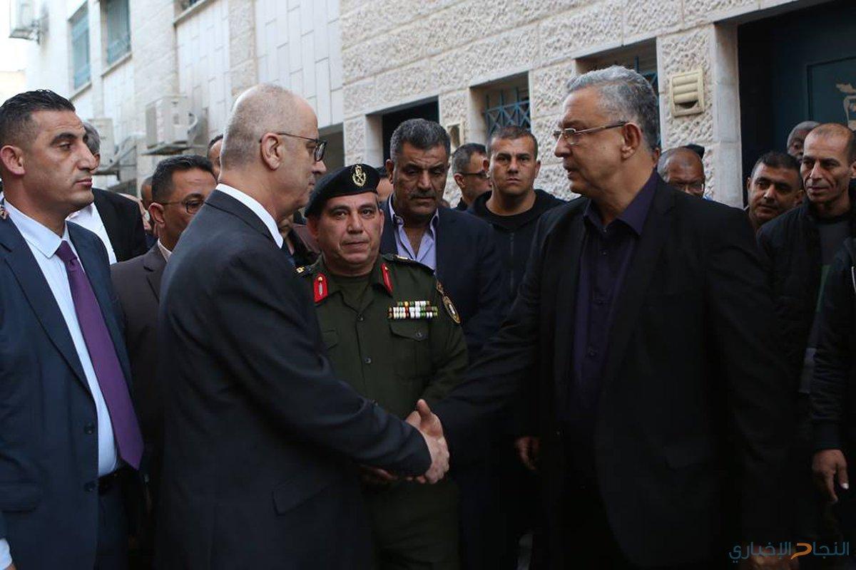 رئيس الوزراء رامي الحمد الله يقدم ، اليوم الثلاثاء،  واجب العزاء ،لعائلة وذوي الشهيد محمد حسام حبالي (22 عاما)، في مخيم طولكرم، والذي ارتقى شهيدا برصاص قوات الاحتلال الإسرائيلي فجرا.