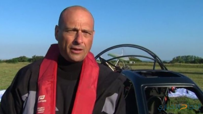 فرنسي يعبر القنال الإنجليزي بسيارة طائرة