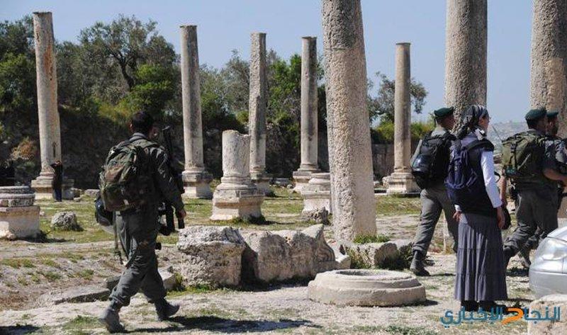 مستوطنون يقتحمون المنطقة الاثرية في سبسطية