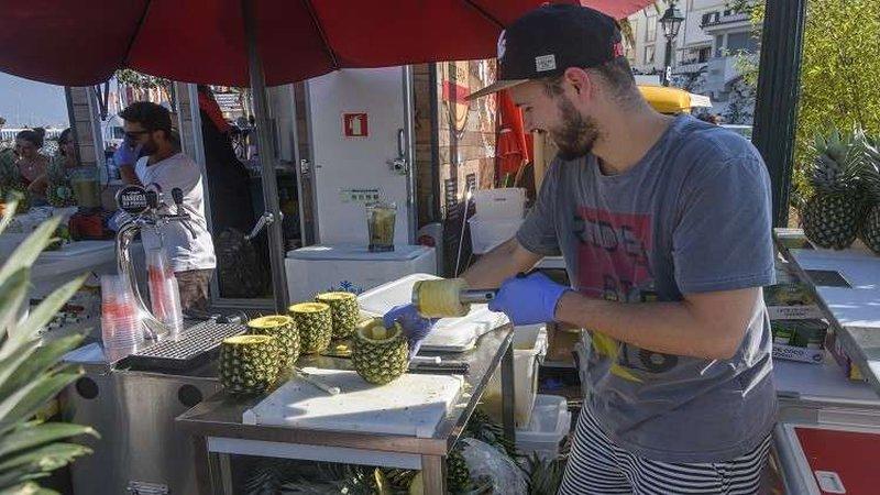فيديو غريب عن فاكهة الأناناس يظهر الطريقة الصحيحة لتناولها!
