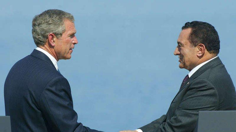 """مبارك كان يتعمد استفزاز بوش الابن بعبارة """"سلم لي على أبوك"""""""