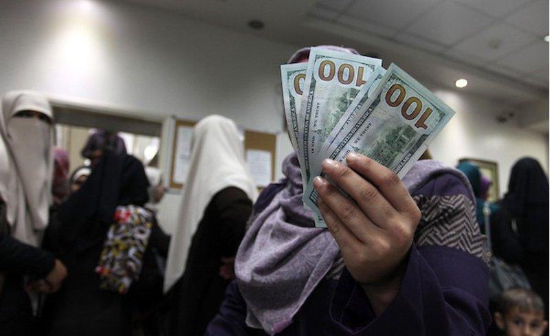 خبير عسكري إسرائيلي يوضح آلية دخول الأموال القطرية لغزة
