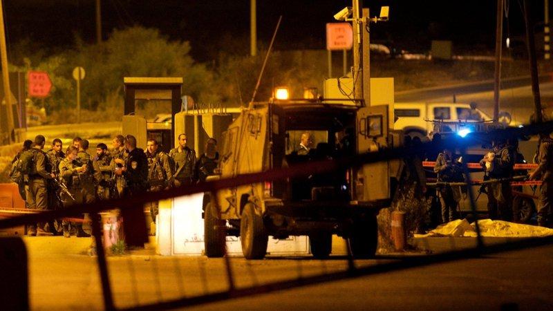 الاحتلال يهاجم مركبات المواطنين بقنابل الصوت على حاجز عسكري