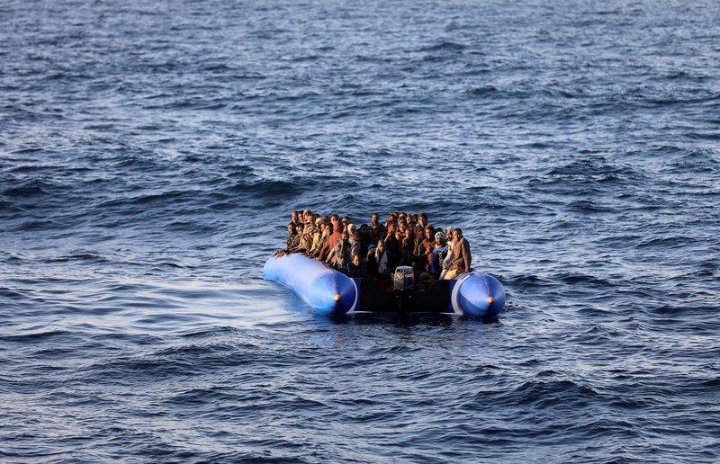 إنقلاب قارب يقل 45 مهاجرًا قبالة السواحل المغربية