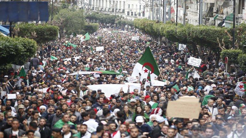 الجزائريون يجددون المطالبات لرئيسهم بالتنحي عن الحكم
