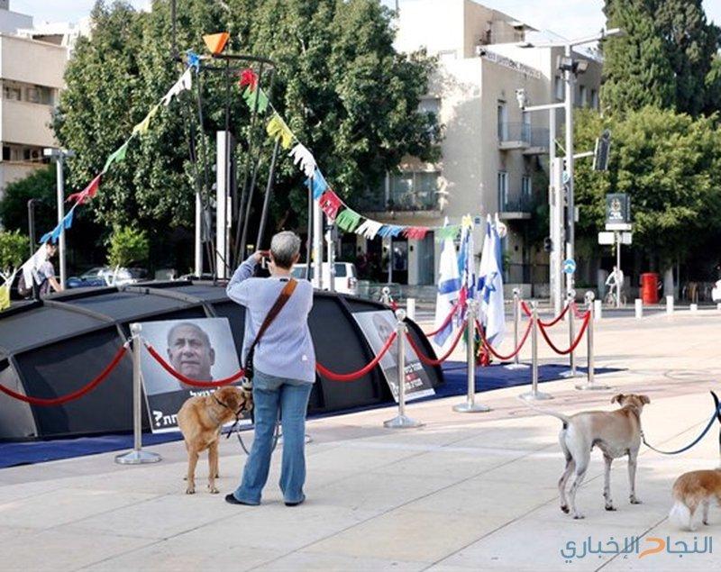 معارضون ينشرون مجسم غواصة فساد نتنياهو وسط تل أبيب