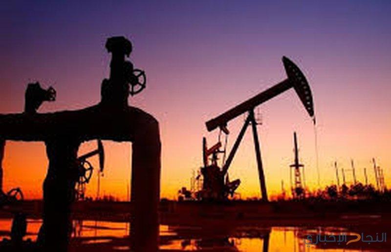 النفط يواصل الهبوط وسط مخاوف من تخمة في المعروض