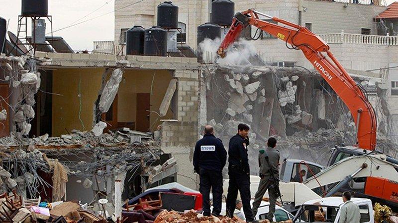 الاحتلال يجبر  مواطنًا من قلنسوة على هدم منزله