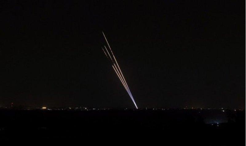 """المقاومة تطلق رشقة صاروخية تجاه """"غلاف غزة"""" وصافرات الانذار تدوي"""