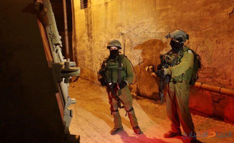الاحتلال يعتقل شابين ويداهم منازل المواطنين