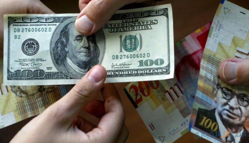 الدولار يتجه لتحقيق مكاسب للشهر السابع