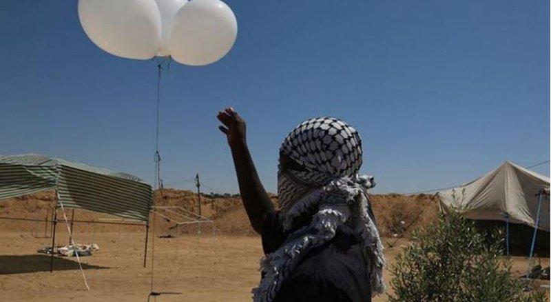 إطلاق بالونات تحمل مجسم طائرة من غزة على أشكول