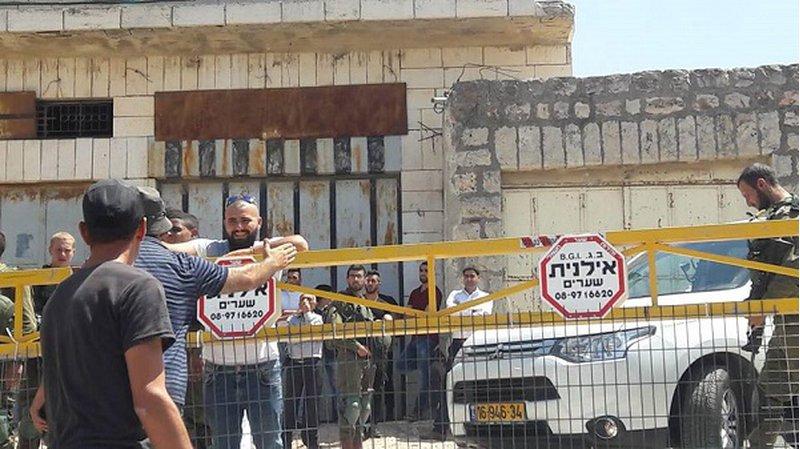 قوات الاحتلال تغلق حواجز تل الرميدة في الخليل