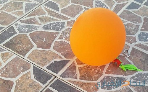 A balloon carrying a suspected incendiary device is seen in Moshav Tarum near Beit Shemesh on October 27, 2018. (Israel Police)
