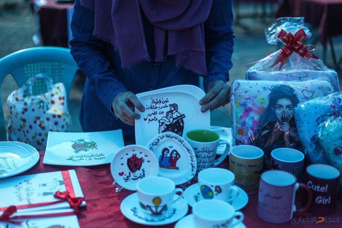 فلسطينيون يحضرون معرضاً للحرف اليدوية في مدينة غزة