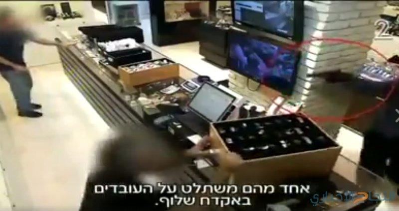 شاهد سرقة تقدر بعشرات ملايين الشواقل في أقل من دقيقة!