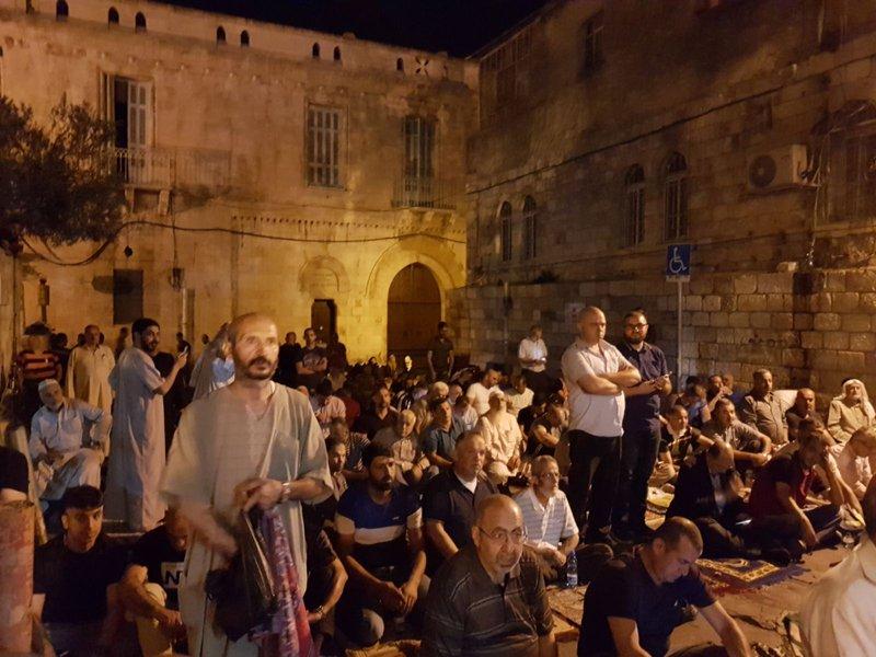 المقدسيون يؤدون صلاة الفجر برحاب الأقصى بعد إعادة فتح أبوابه