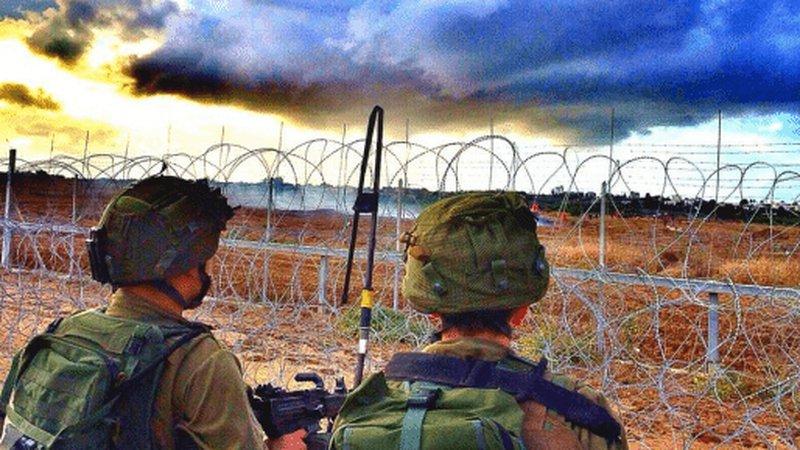 الاحتلال يعتقل شابين بزعم اجتياز السياج الحدودي