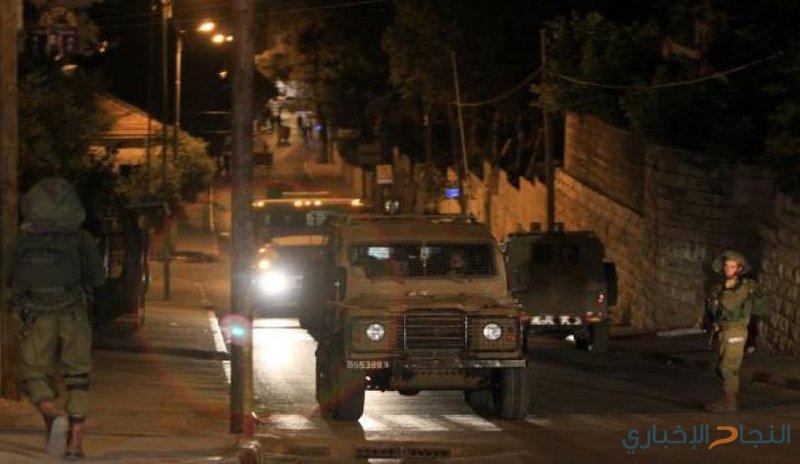 الاحتلال يعتقل شابين ويقتحم جمعية شويكة الخيرية