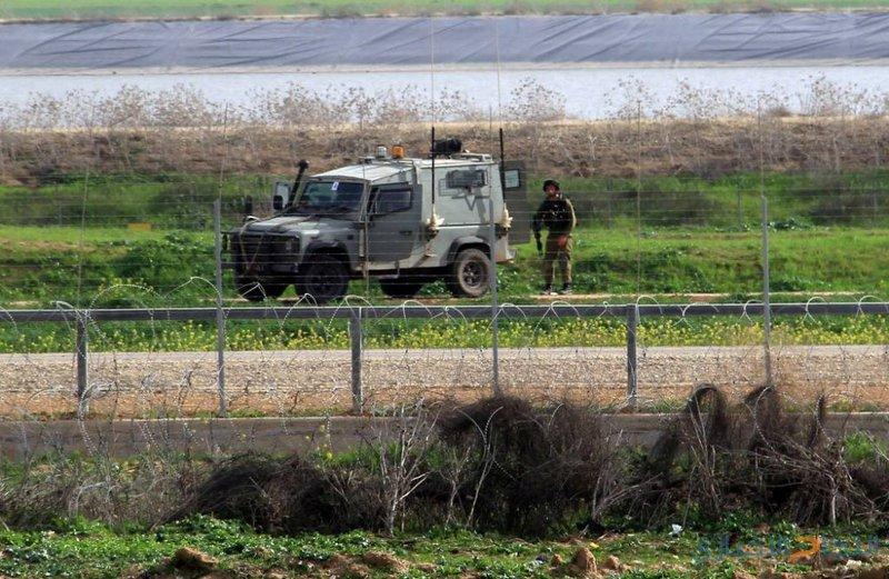 """""""والا"""": الاحتلال أصاب فلسطينيًا واعتقله شرق القطاع"""
