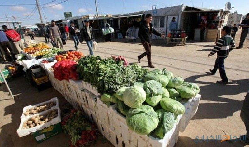 الاحتلال يتلف بسطات الباعة على معبر وادي الخليل