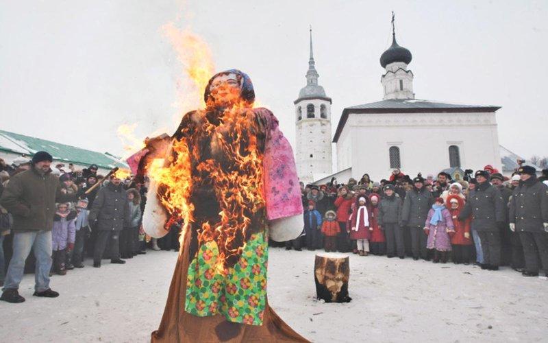 """كرنفال """"ماسلينيتسا""""..روسيا تودع فصل الشتاء بطقوس غريبة!"""