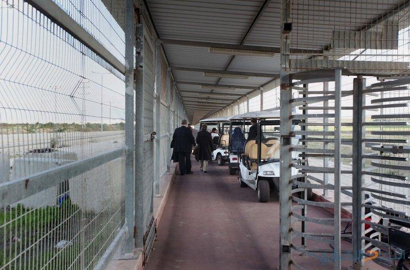 الاحتلال يعتقل سيدة على حاجز بيت حانون