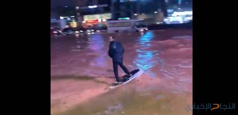 رياضي لبناني يتزلج على مياه الأمطار في الشوارع