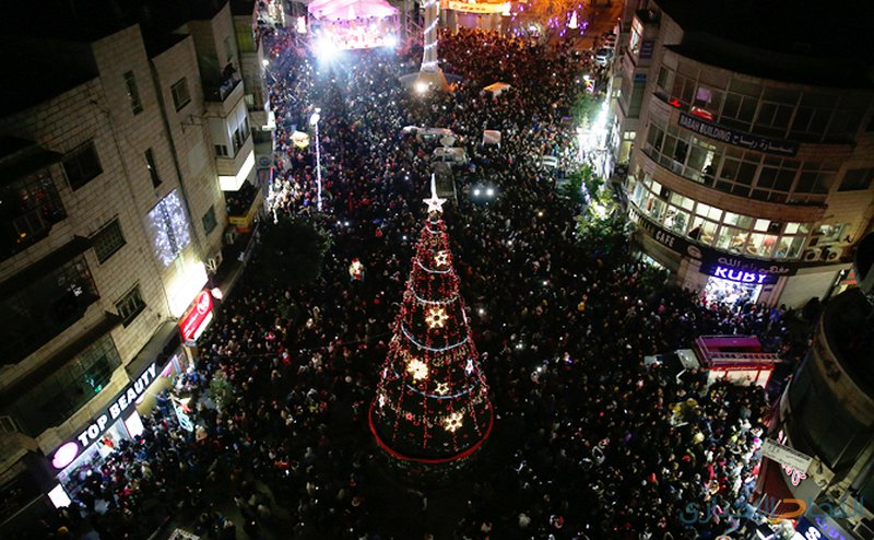 رام الله تضيء شجرة عيد الميلاد المجيد