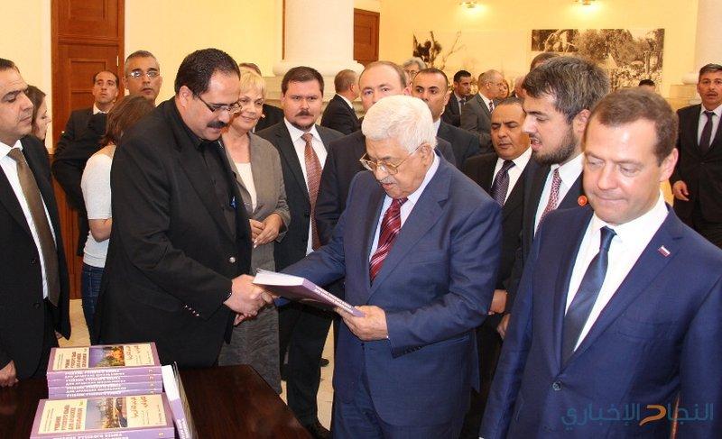 الرئيس يتسلم النسخة الأولى من الكتب المدرسية للمناهج الجديدة