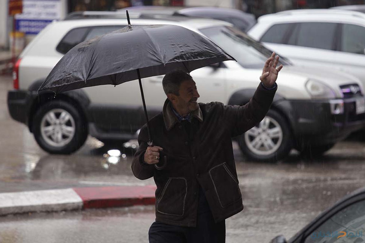مواطنون يتجولون تحت الامطار في اسواق مدينة جنين صباح اليوم 6ديسمبر2018.