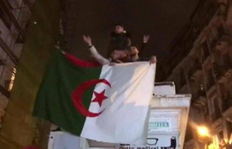 احتفالات في شوارع الجزائر بعد انسحاب بوتفليقة من الانتخابات