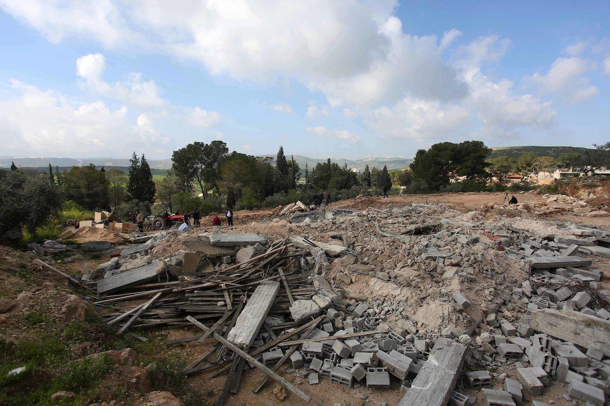 مواطنون يتفقدون أنقاض المنزل الذي  هدمه الاحتلال شمال نابلس