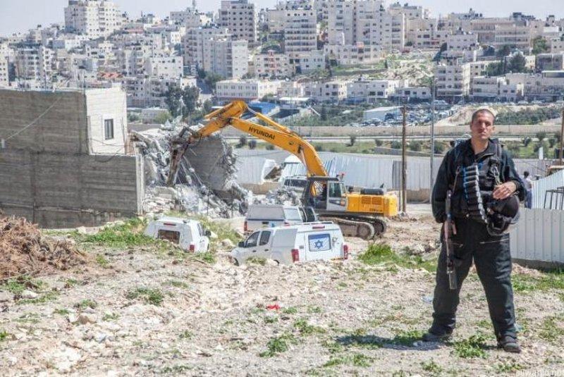 الاحتلال يخطر بهدم خيم وبركسات في بيت لحم