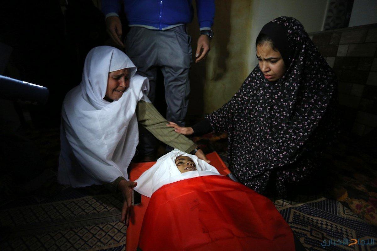 مشيعون فلسطينيون يحملون جثث ثلاثة فتيان فلسطينيين قتلوا في غارة جوية إسرائيلية على قطاع غزة خلال جنازتهم في دير البلح وسط قطاع غزة في 29 أكتوبر عام 2018.