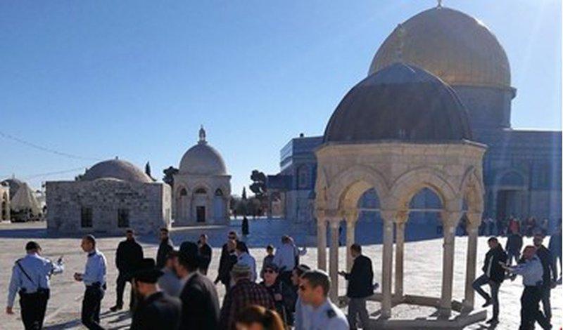 مستوطنون يتظاهرون أمام أحد أبواب القدس القديمة