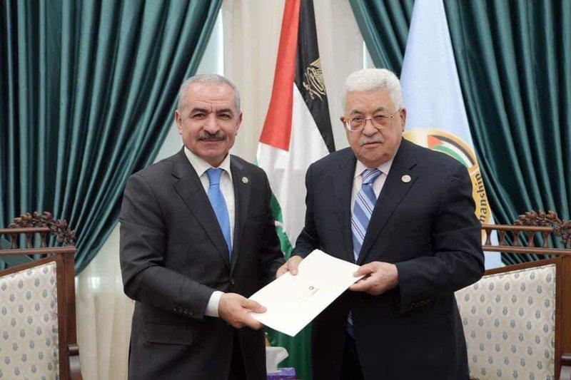 """الرئيس عباس يكلف """"اشتيه"""" بتشكيل حكومة جديدة خلفاً للحمدالله"""