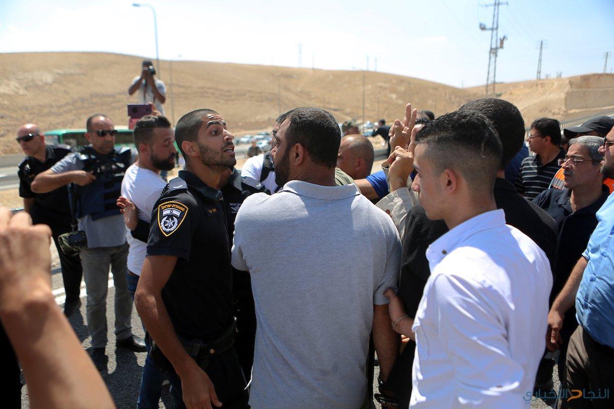 قوات الاحتلال تغلق الطرق المؤدية للخان الاحمر