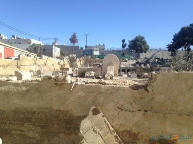 الاحتلال يهدم سور مقبرة في قرية ظهر المالح
